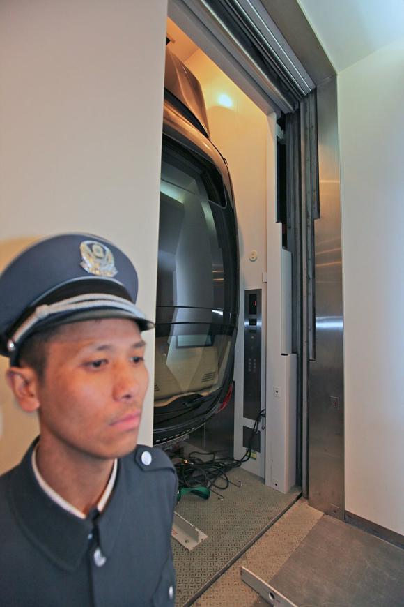 05-porsche-panamera-elevator